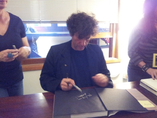 The remarkable Neil Gaiman in mid-signature.